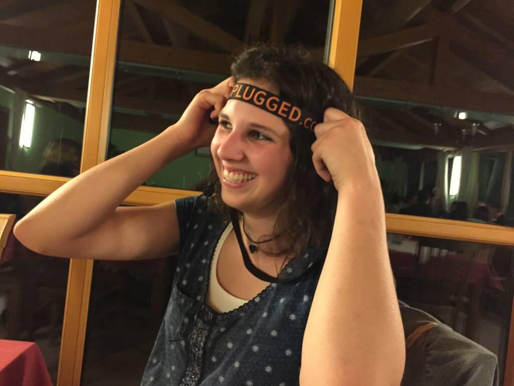 Kathi Strebinger mit dem Runplugged-Startnummerngurt als Stirnband, © Diverse  (16.11.2014)