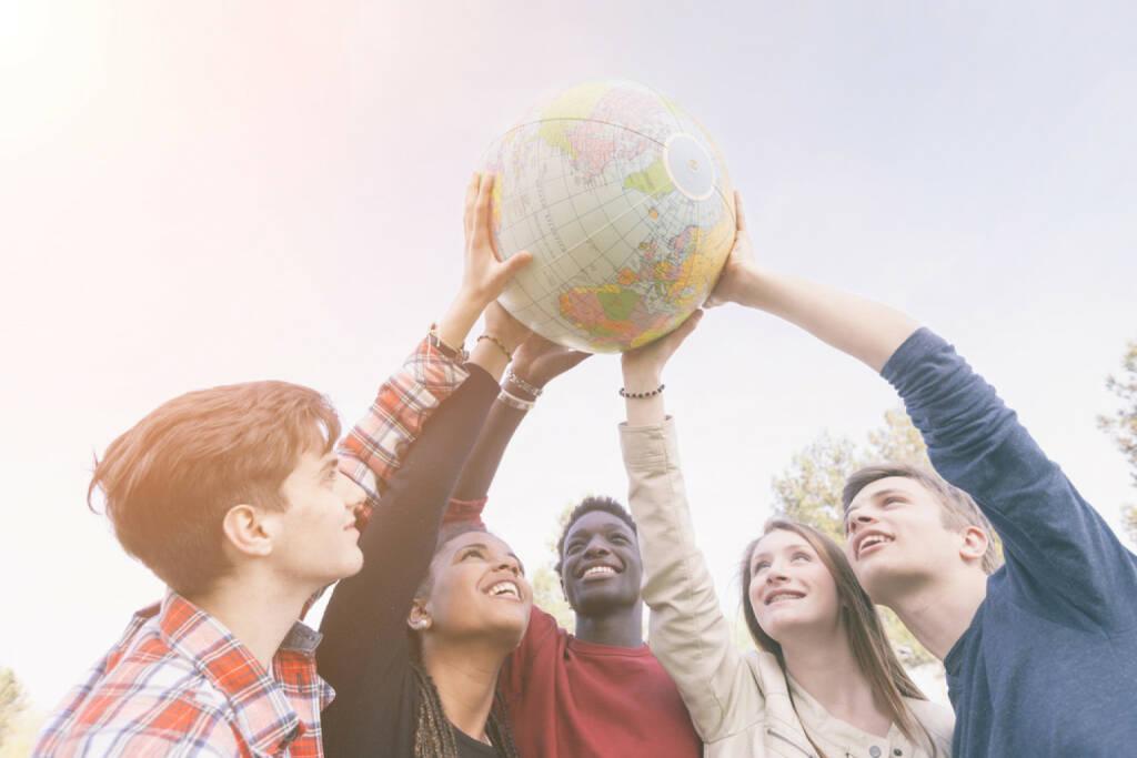 Friede, peace, Welt, Teenager, Jugendliche, halten, Gewicht, Last, tragen, Hoffnung, gemeinsam, stark, zusammen, Zusammenhalt, http://www.shutterstock.com/de/pic-188491172/stock-photo-group-of-teenagers-holding-world-globe-map.html, © www.shutterstock.com (17.11.2014)