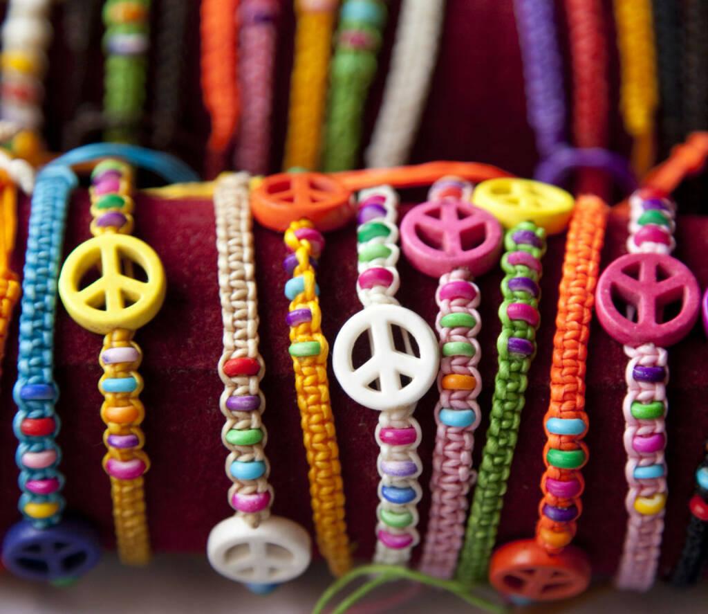 peace, Friede, Armband, Farben, bunt, Schmuck, http://www.shutterstock.com/de/pic-174283196/stock-photo-bracelet-with-peace-sign.html, © www.shutterstock.com (17.11.2014)