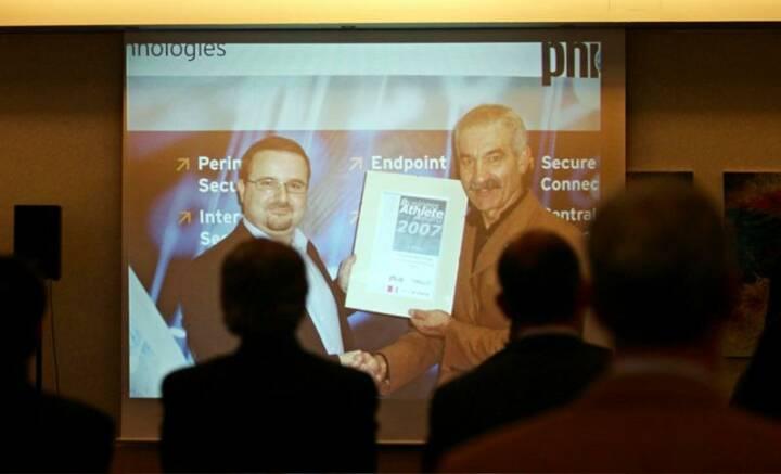 Der Gesamtsieger bei seiner Bundesländer-Preisverleihung mit Wieland Alge (phion)