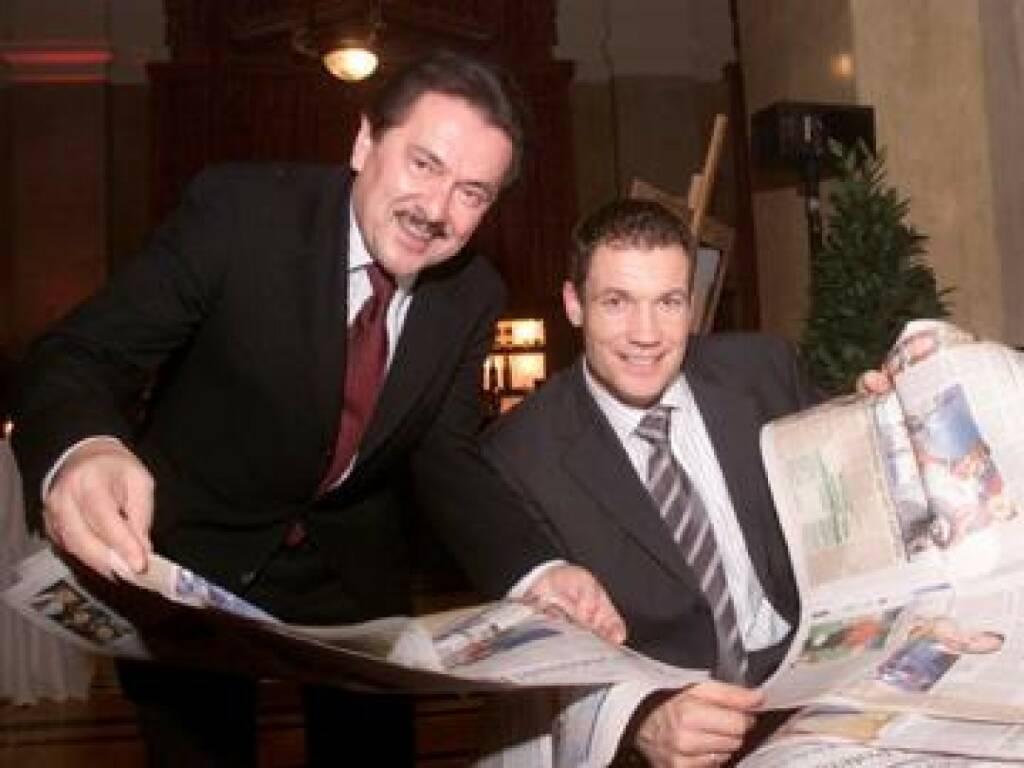 Peter Muzik und Armin Assinger posieren für die Fotografen, Teil 2. Diesmal mit der druckfrischen Award-Ausgabe des WirtschaftsBlatt (17.11.2014)