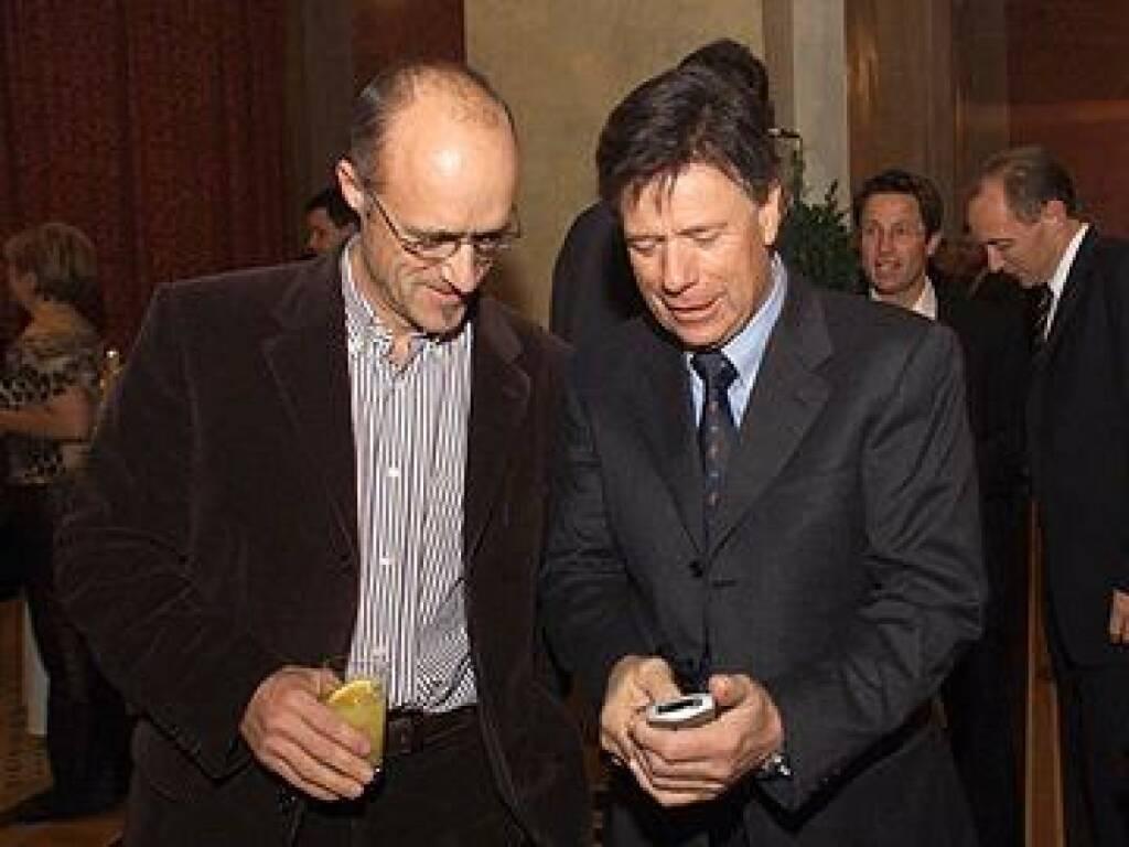 Peter Schröcksnadel zeigt Toni Innauer sein neues Handy (17.11.2014)