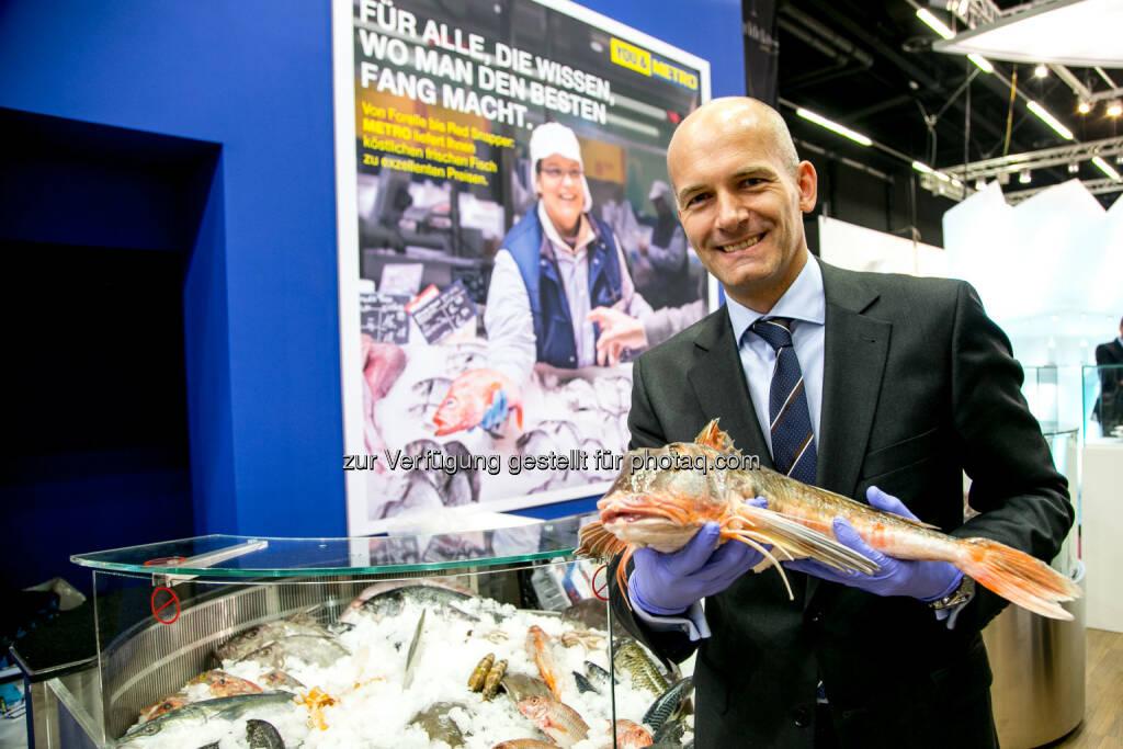 Metro-Generaldirektor Marc Groenewoud präsentiert auf der Alles für den Gast das Frischfisch-Angebot, (C) Foto: Metro/wildbild, © Aussender (18.11.2014)