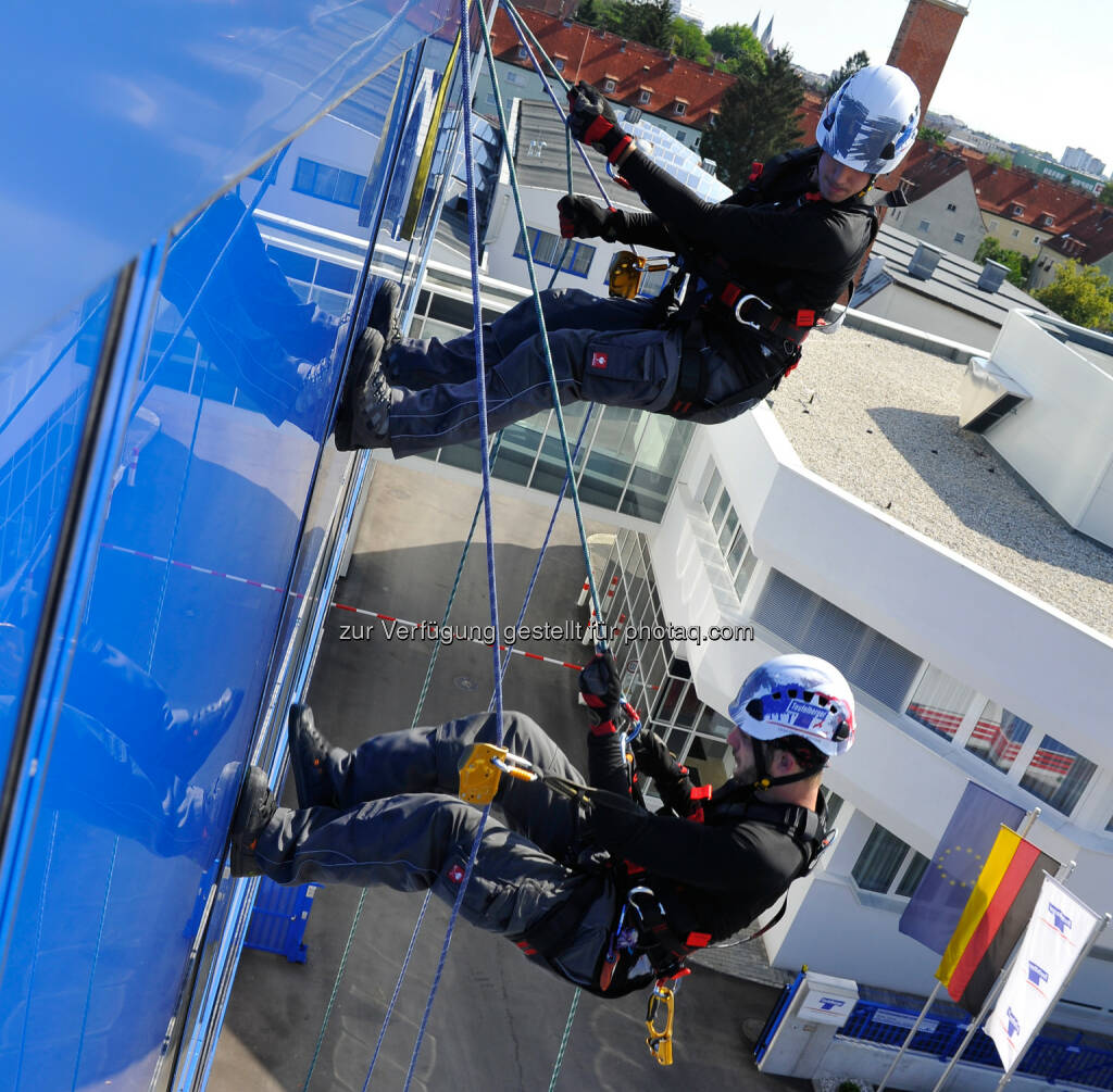 TÜV Austria: Sicher auf dem Dach - mit Teufelberger von der Entwicklung der PSA bis zum Rettungskonzept - abseilen, sichern, Helm (Bild: Teufelberger), © Aussender (19.11.2014)