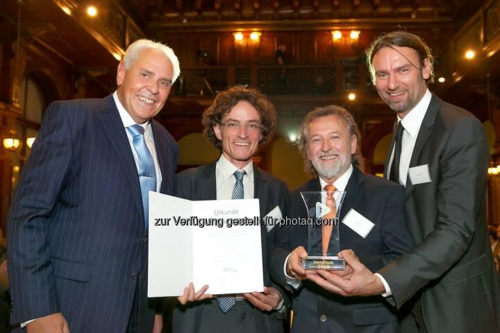 Friedrich Rödler (Präsident des Österreichischen Patentamtes) mit den Siegern für das Patent des Jahres 2013 - And the Inventum goes to Kielsteg! (Bild: Österreichisches Patentamt/APA-Fotoservice/Schedl)