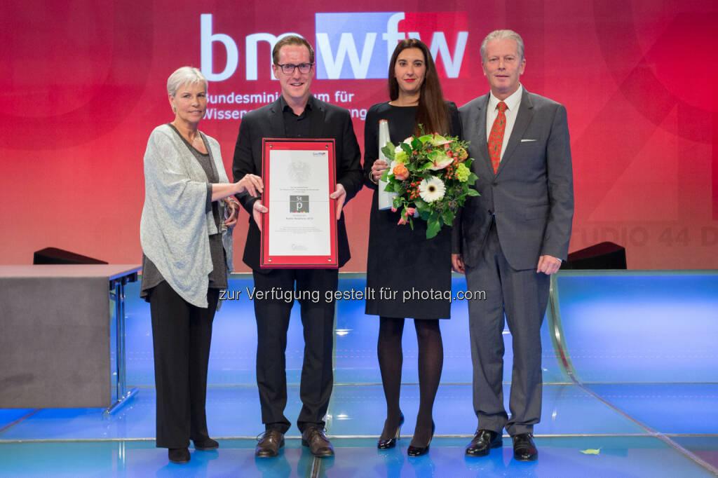 Mitterlehner (Bundesminister für Wissenschaft, Forschung und Wirtschaft) zeichnete Projekt BUS:STOP Krumbach mit Staatspreis PR aus (Bild: M.Silveri/BMWFW), © Aussendung (21.11.2014)