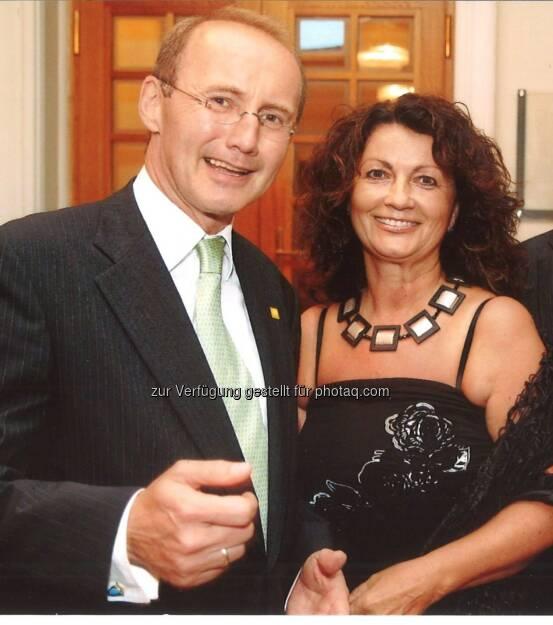 Hilfswerk: Hilfswerk-Präsident Othmar Karas gratuliert Elisabeth Scheucher zur Goldenen Medaille der Stadt Klagenfurt, © Aussendung (23.11.2014)