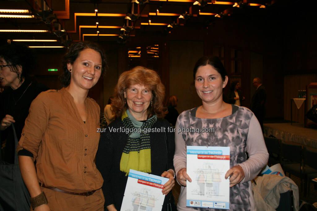 Susanne Kaufmann (li., Projektkoordinatorin MiT-JiP, JKU) mit zwei Pädagoginnen mit Zertifikaten, © JKU (24.11.2014)