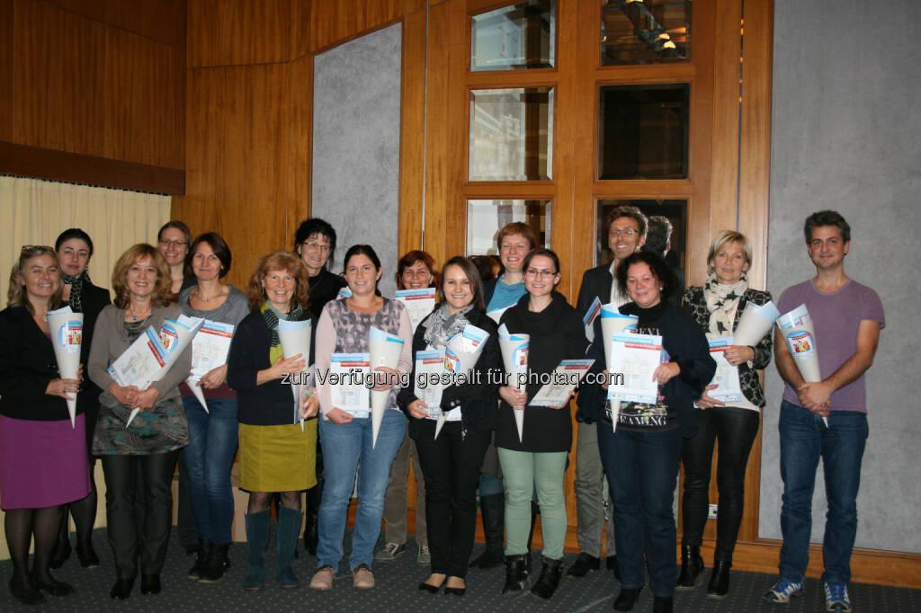 Am Projekt MiT-JiP teilgenommene PädagogInnen, die bei der Abschlussveranstaltung an der JKU ihre Zertifikate erhielten; mit Margit Waid (li., JKU), Manuela Möller (2.v.li, Uni Passau), Dipl.-Päd. Philipp Leeb (re., Obmann Verein Poika, Genderexperte des BMUKK), © JKU (24.11.2014)