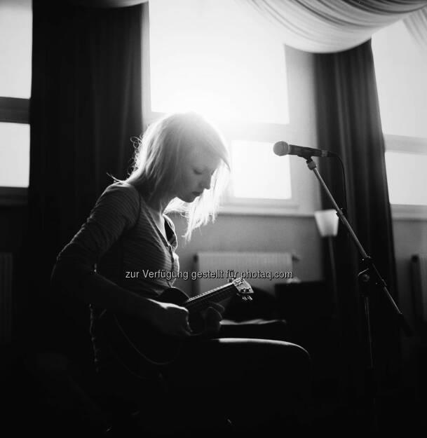 """Gitarre, Mikrophon und Loretta Who; Eine faszinierende Sängerin, Songwriterin und Produzentin mit ihrem Solo-Debüt """"Virtue"""" © Severin Koller, © Aussender (27.11.2014)"""