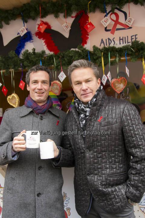 Philipp Dirnberger von der Aids Hilfe Wien und Schauspieler und Moderator Alfons Haider laden am heutigen Welt-Aids-Tag zum Charity-Punsch beim Pink Christmas in Vienna. (Bild: Juergen Hammerschmid)
