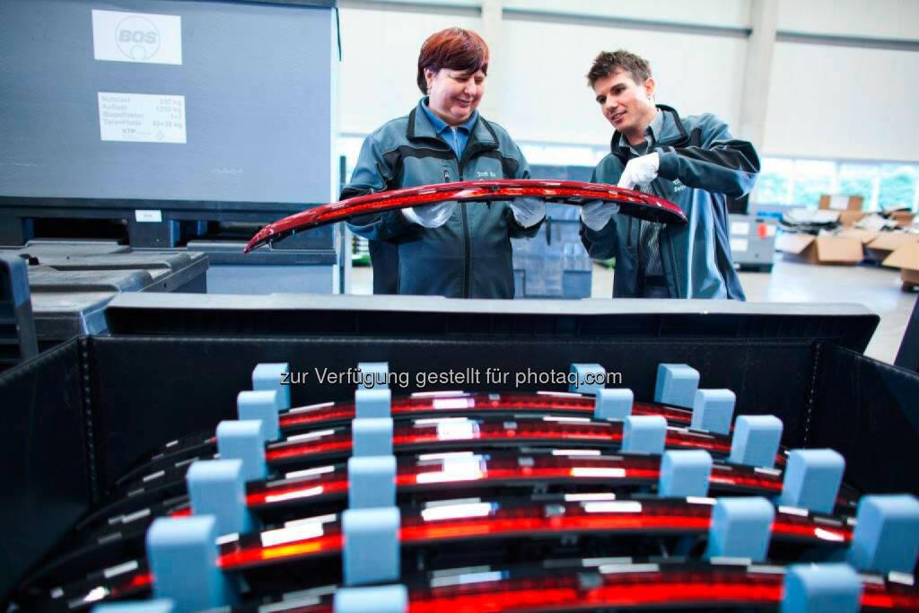 Mercedes-Benz setzt weiter auf Zusammenarbeit mit Behindertenwerkstätten: GWW-Mitarbeiter beim Zusammenstellen der Heckspoiler für die E-Klasse (Bildquelle: GWW / mit freundlicher Genehmigung der GWW GmbH), © Aussender (02.12.2014)