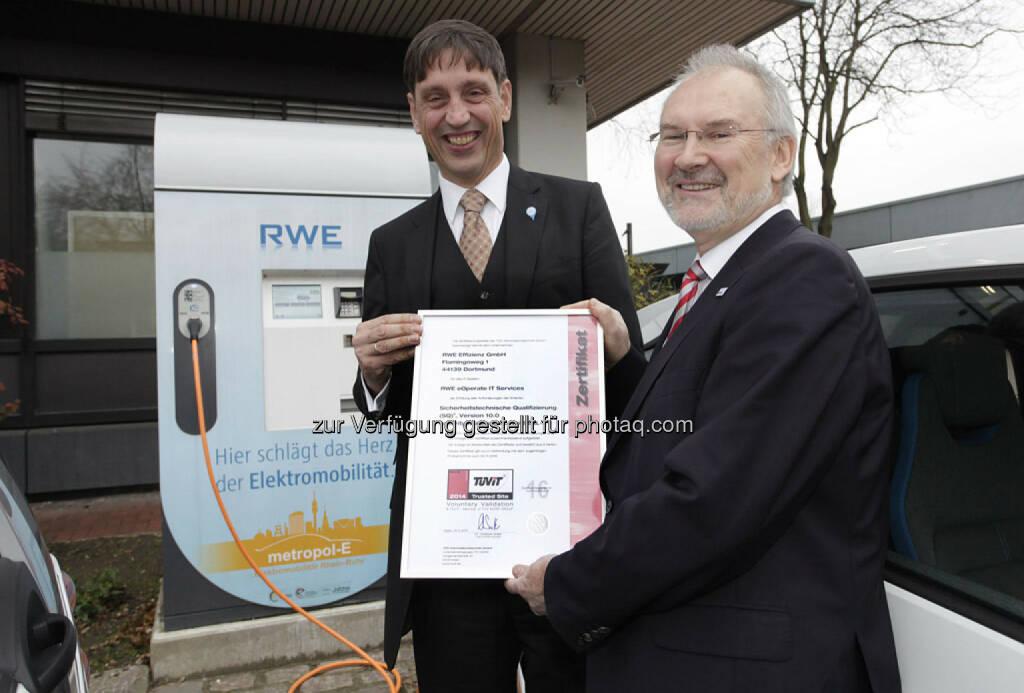 Die Geschäftsführer der RWE Effizienz, Norbert Verweyen (l.), und vom TÜV-IT, Antonius Sommer, mit dem Zertifikat für das RWE-Ladesäulensystem: TÜV-IT zertifiziert RWE-Stromladesäulen., © Aussendung (03.12.2014)