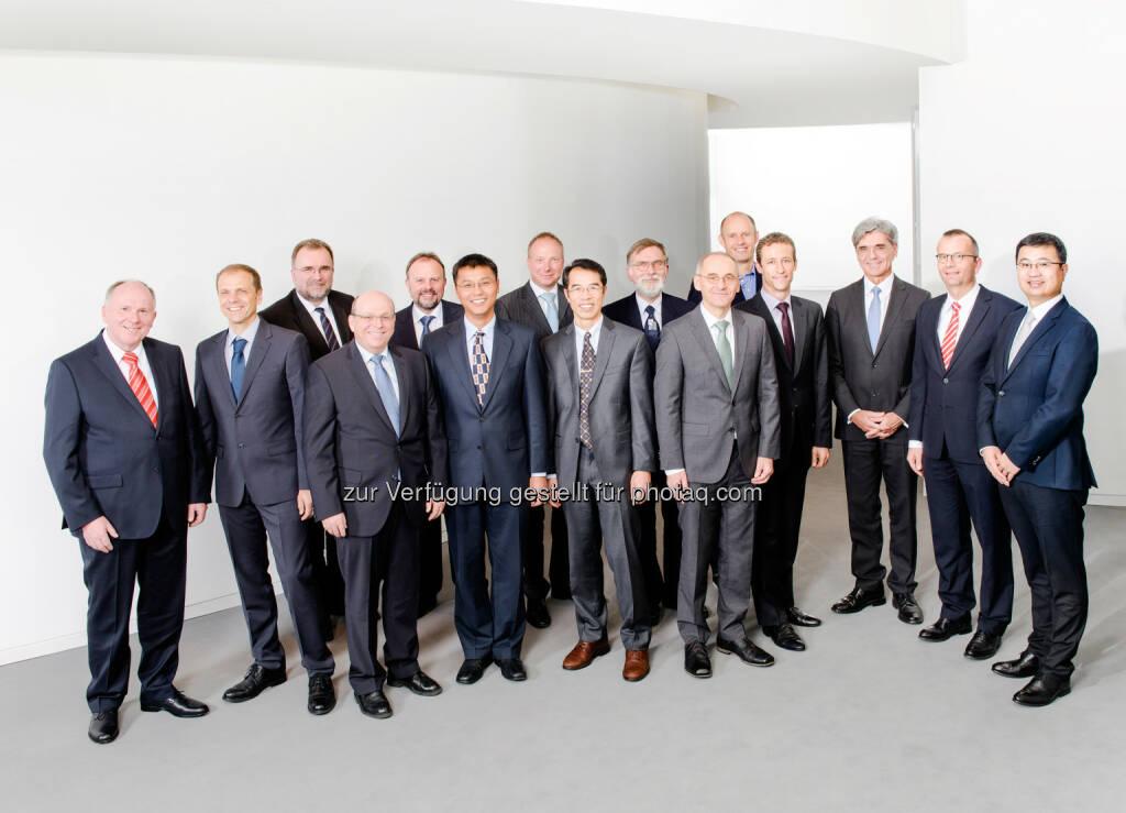 Christoph Lehmann, Jörg-Uwe Dahl, Klaus Wendelberger, Kevin Zhou, Liexiang Fan,  Hubert Schierling, Christian Schröter, Joe Kaeser, Beat Weibel, Yue Zhuo. In der hinteren Reihe (von links nach rechts): Prof. Siegfried Russwurm, Joachim Lohmeyer, Ralf Beyer, Peter Faubel, Uffe Eriksen: Zwölf Siemens-Forscher und -Entwickler wurden am 3. Dezember von Siemens in München als Erfinder des Jahres ausgezeichnet. Sie kommen aus Deutschland, Dänemark, China und den USA und sind für insgesamt über 900 Erfindungen und 842 Einzelpatente verantwortlich., © Aussender (04.12.2014)