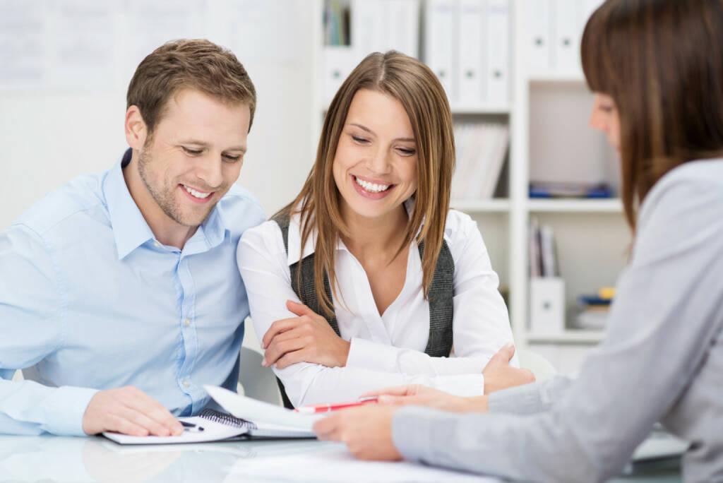 Versicherung, Versicherungsschutz, Gespräch, Information, Beratung, http://www.shutterstock.com/de/pic-181393412/stock-photo-investment-adviser-giving-a-presentation-to-a-friendly-smiling-young-couple-seated-at-her-desk-in.html (04.12.2014)