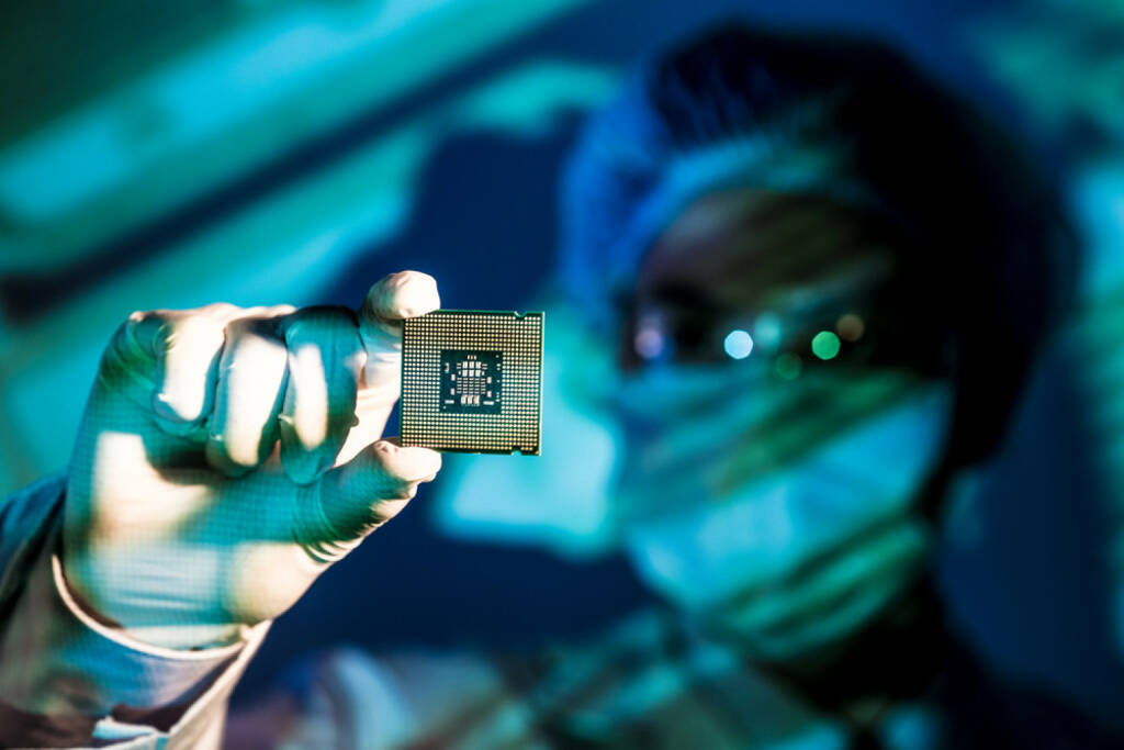 Microchip, Computerchip, Computer, chip, speichern, Daten, Elektronik, IT, Internet, Sicherung, Datensicherung, http://www.shutterstock.com/de/pic-183590216/stock-photo-cropped-image-of-an-engineer-holding-computer-microchip-on-the-foreground.html (05.12.2014)