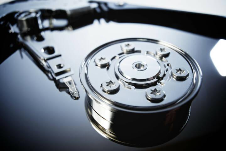 Festplatte, Computer, Hard disk, Memory, Speicher, Daten, IT, Elektronik, Technik, Sicherung, Datenspeicher, Datensicherung, http://www.shutterstock.com/de/pic-232266679/stock-photo-closeup-of-an-open-computer-hard-drive.html