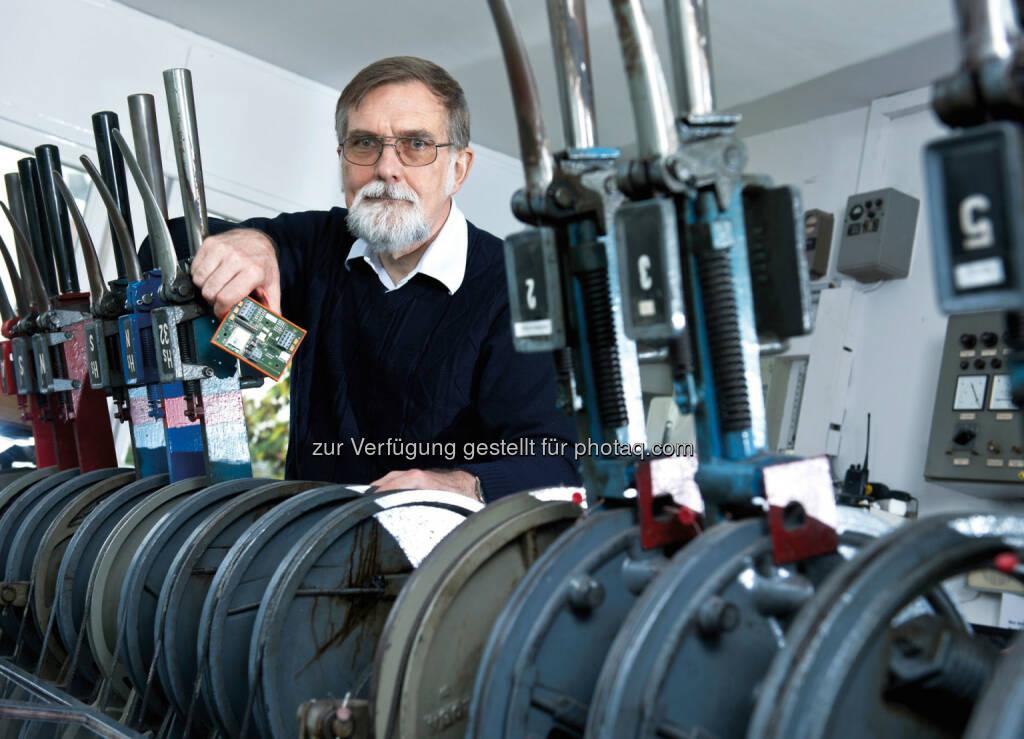 Peter Faubel hat Radsensoren so weiterentwickelt, dass sie die Messdaten der Züge drahtlos funken können. Siemens-Erfinder für innovative Bahntechnik ausgezeichnet. Copyright: Siemens AG , © Aussendung (05.12.2014)