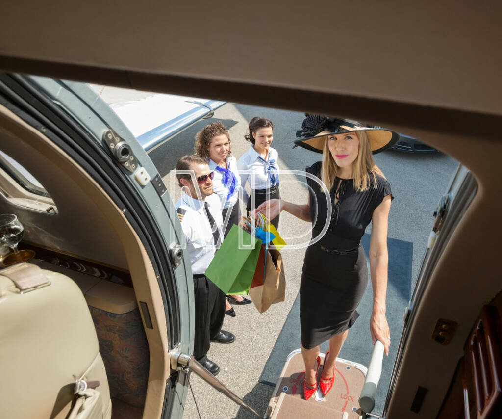 Flugzeug, fliegen, boarding, reich, http://www.shutterstock.com/de/pic-165946862/stock-photo-full-length-portrait-of-rich-woman-with-shopping-bags-boarding-private-jet-while-pilot-and.html, © teilweise www.shutterstock.com (07.12.2014)