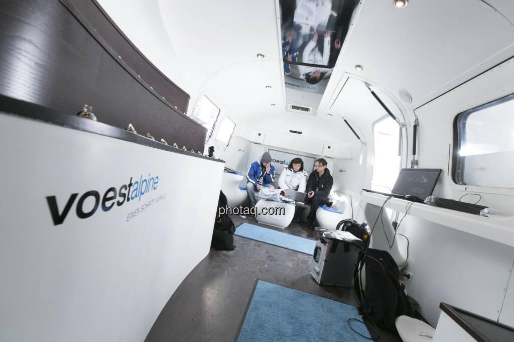 Christian Drastil, Heike Gruner von Eurosport und Michael Sterrer-Ebenführer (voestalpine) im voestalpine-Bus, © finanzmarktfoto.at/Martina Draper (09.02.2013)