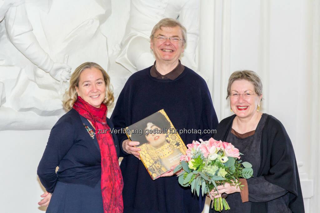 Direktorin Agnes Husslein-Arco gratuliert den millionsten Besuchern Ernie Klaner und Franz Mayrhofer im Winterpalais des Belvedere., © Aussender (09.12.2014)