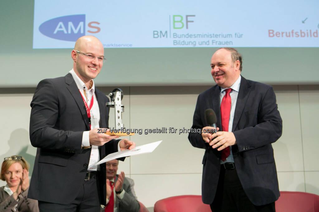 Christoph Helm, Sektionschef Christian Dorninger vom BMBF: Christoph Helm von der JKU Linz mit dem Österreichischen Wissenschaftspreis für Berufsbildungsforschung 2014 ausgezeichnet., © Aussendung (10.12.2014)