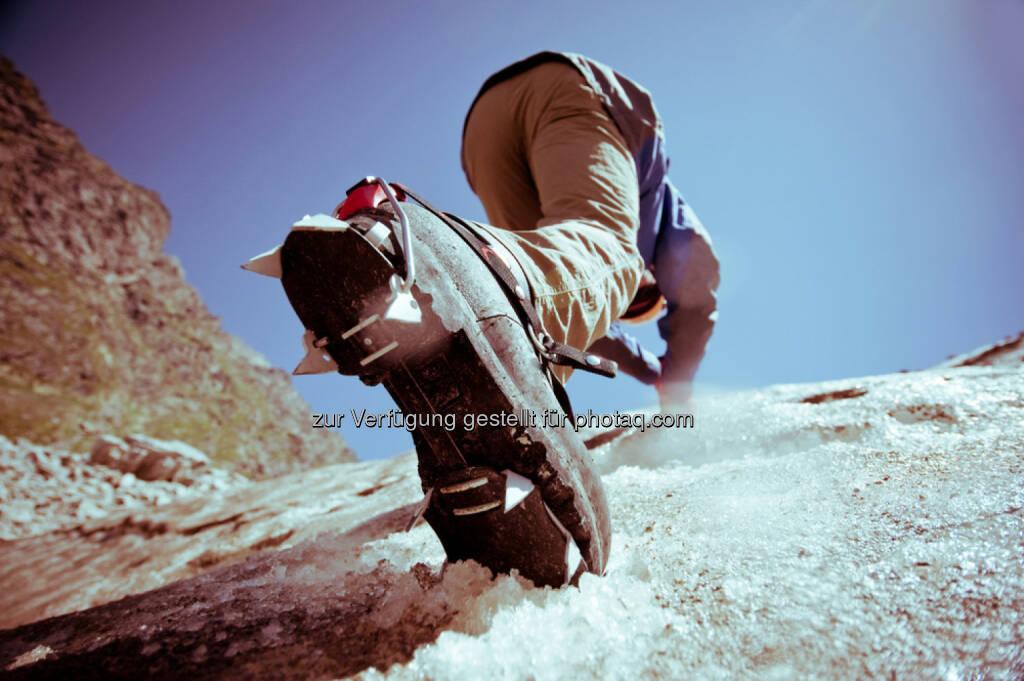 klettern, Berg, bergsteigen, hinauf, mühen, Mühsal, anstrengend, aufwärts, Gipfel, zielstrebig, vorwärts, http://www.shutterstock.com/de/pic-142022569/stock-photo-climber-climbs-on-ice.html, © teilweise www.shutterstock.com (10.12.2014)