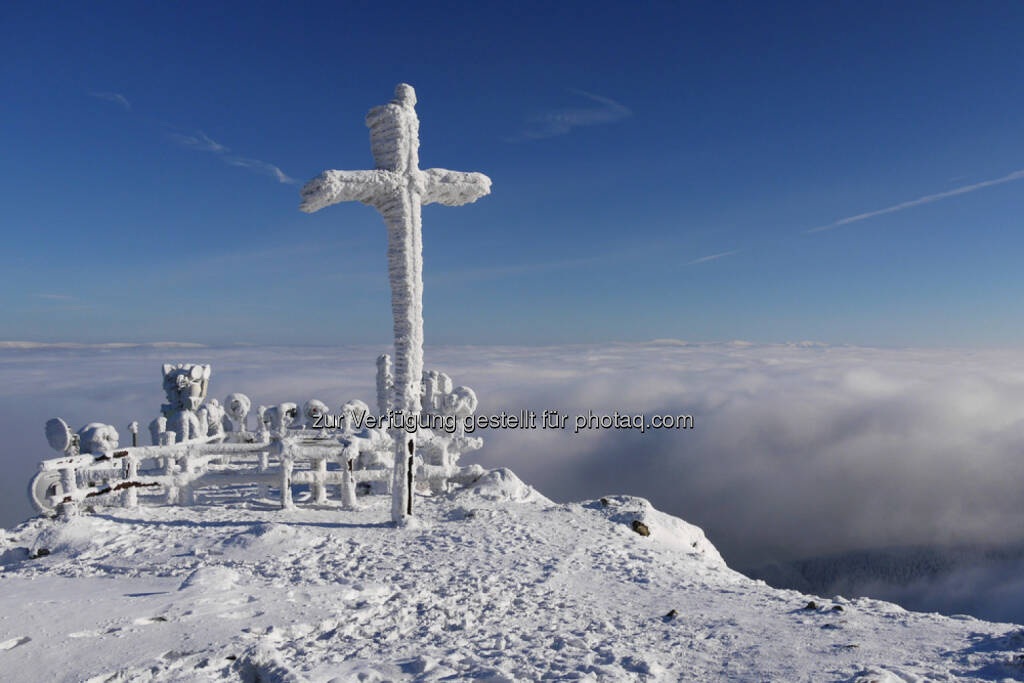 Gipfelkreuz, Berg, Schnee, top, Spitze, geschafft, erreicht, Ziel, http://www.shutterstock.com/de/pic-167627510/stock-photo-cross-on-the-top-of-the-mountain-in-winter.html, © teilweise www.shutterstock.com (10.12.2014)