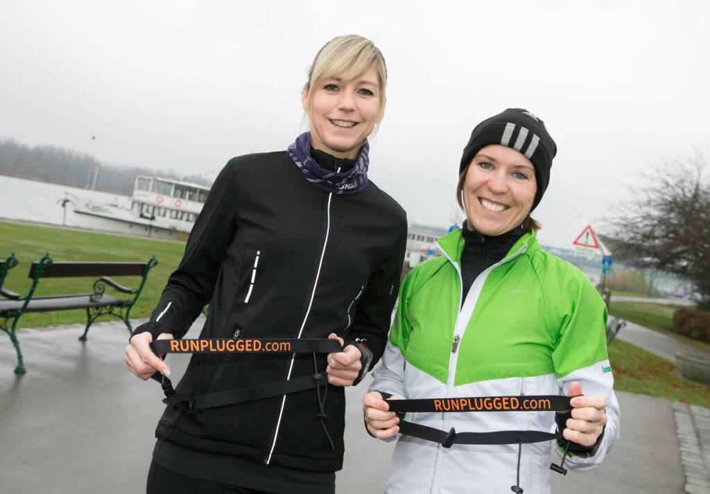Die beiden Lauffrau Coaches Anita Miedl und Gabi Görtler mit dem neuen Runplugged Startnummernband. Siehe auch: http://lauffrau.at/ (10.12.2014)