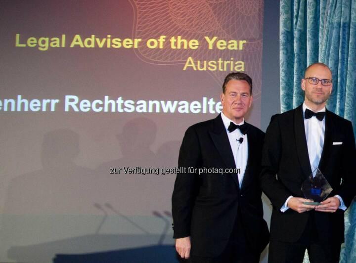 """Michael Portillo (Moderator), Alexander Popp (Partner, Schönherr): Schönherr wurde im Rahmen der vom Informationsanbieter Mergermarket veranstalteten European M&A Awards als """"M&A-Rechtsanwaltskanzlei des Jahres in Österreich"""" ausgezeichnet. Fotocredit: Mergermarket"""