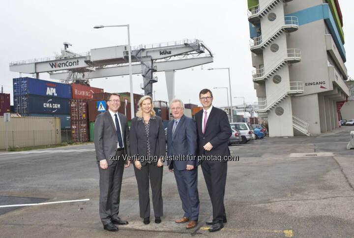 Die Geschäftsführer der Wiener Lokalbahnen Cargo, Christian Hann und Gerald Retscher, und des Hafen Wien, Karin Zipperer und Friedrich Lehr, vor dem neuen Firmensitz der WLC am Hafen Wien