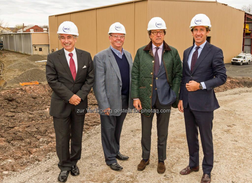 Ian Sadler (CEO von MCC International, 2.v.l.) mit Heinz Luttenberger, Rudolf Weinberger und Hubertus Weinberger (Mitglieder des Aufsichtsrates, v.l.): Das Salzburger Unternehmen Eisenwerk Sulzau-Werfen (ESW) hat in den USA eine Großinvestition getätigt. Am Firmengelände der 100-prozentigen Tochterfirma MCC International in Pennsylvania wurde eine neue Halle zur Wärmebehandlung der dort selbst produzierten und weltweit verkauften Stahlprodukte errichtet., © Aussendung (15.12.2014)