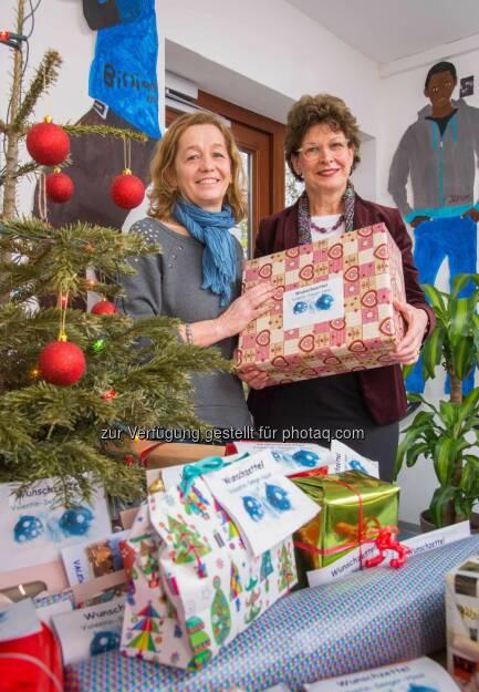 Doris Schwedtfeger (rechts) von der Commerzbank übergibt Heimleiterin Yvonne Drill-Bachhuber Geschenke für die Flüchtlingskinder im Valentin-Senger-Heim in Frankfurt: Commerzbank-Mitarbeiter spenden für Heim- und Flüchtlingskinder, © Aussender (19.12.2014)