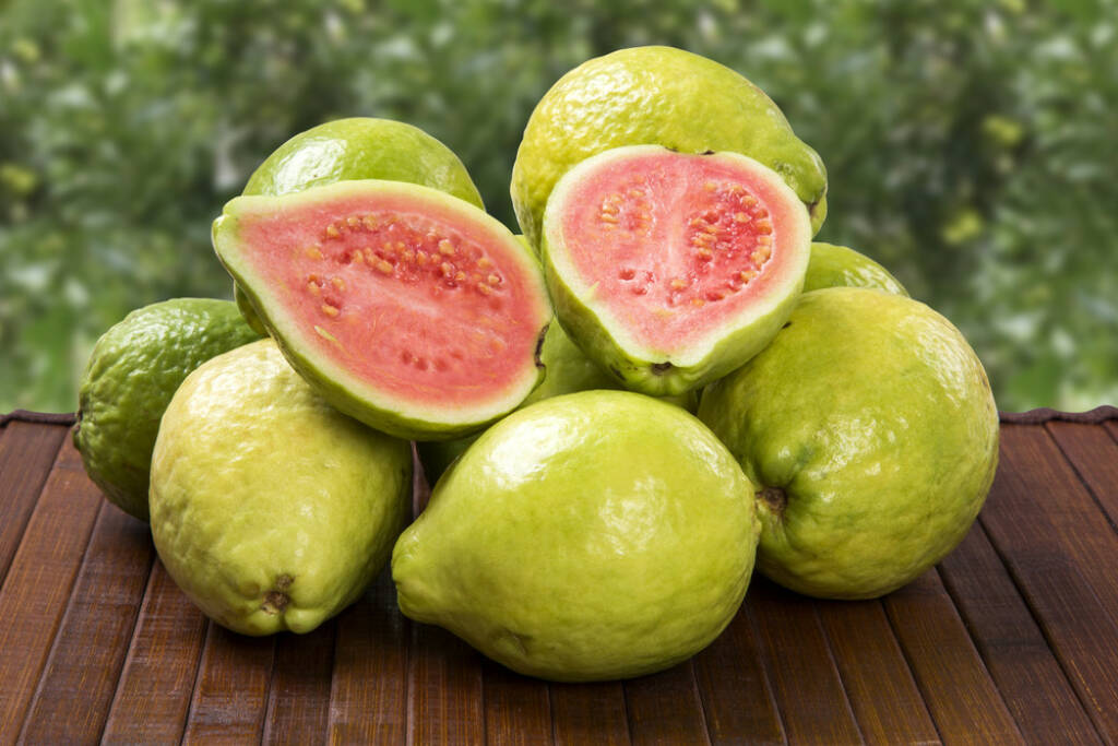 Guave, Superfruit, http://www.shutterstock.com/de/pic-198200321/stock-photo-some-brazilian-guavas-over-a-wooden-surface.html, © www.shutterstock.com (24.12.2014)