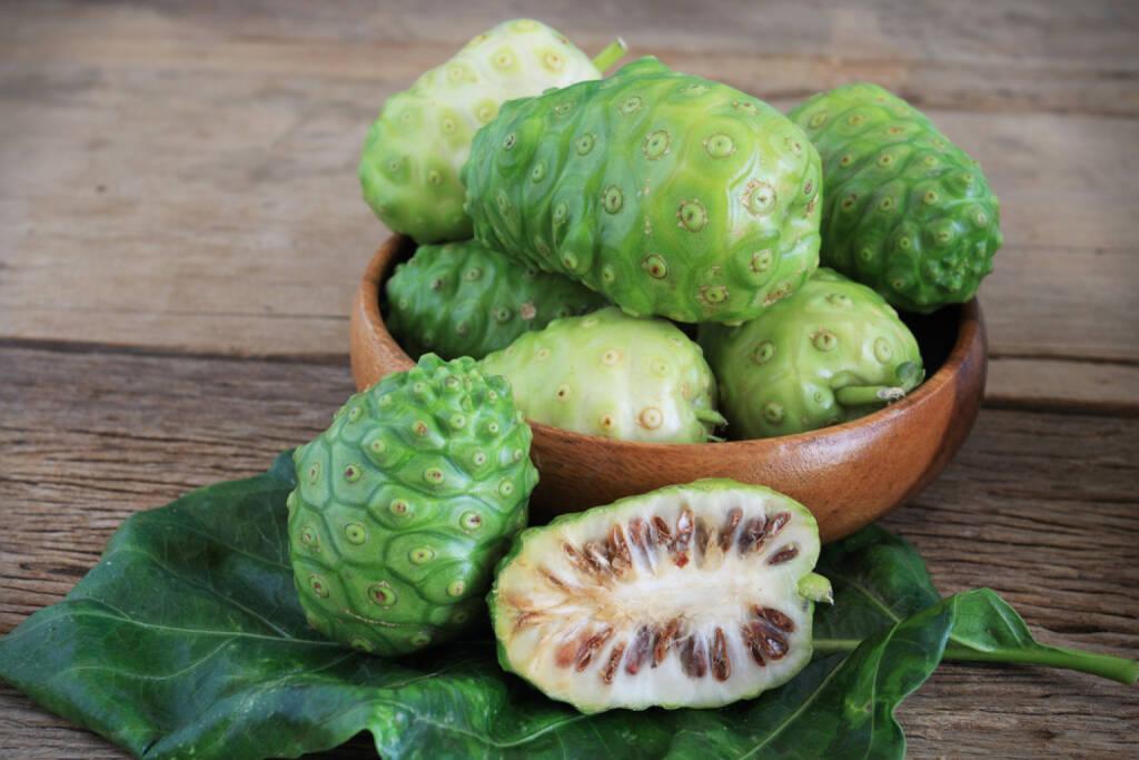 Noni, Maulbeere, Superfruit, http://www.shutterstock.com/de/pic-180478262/stock-photo-morinda-citrifolia-or-noni-on-wooden.html, © www.shutterstock.com (24.12.2014)