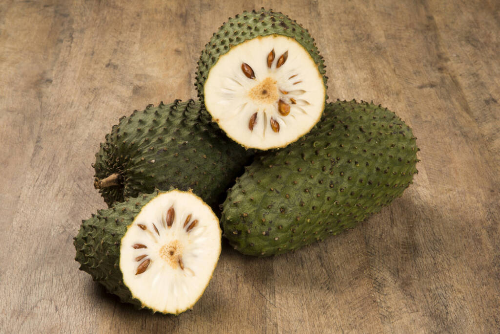 Graviola, Superfruit, http://www.shutterstock.com/de/pic-214664239/stock-photo-sour-sop-prickly-custard-apple-annona-muricata-l-treatment-of-cancer.html, © www.shutterstock.com (24.12.2014)