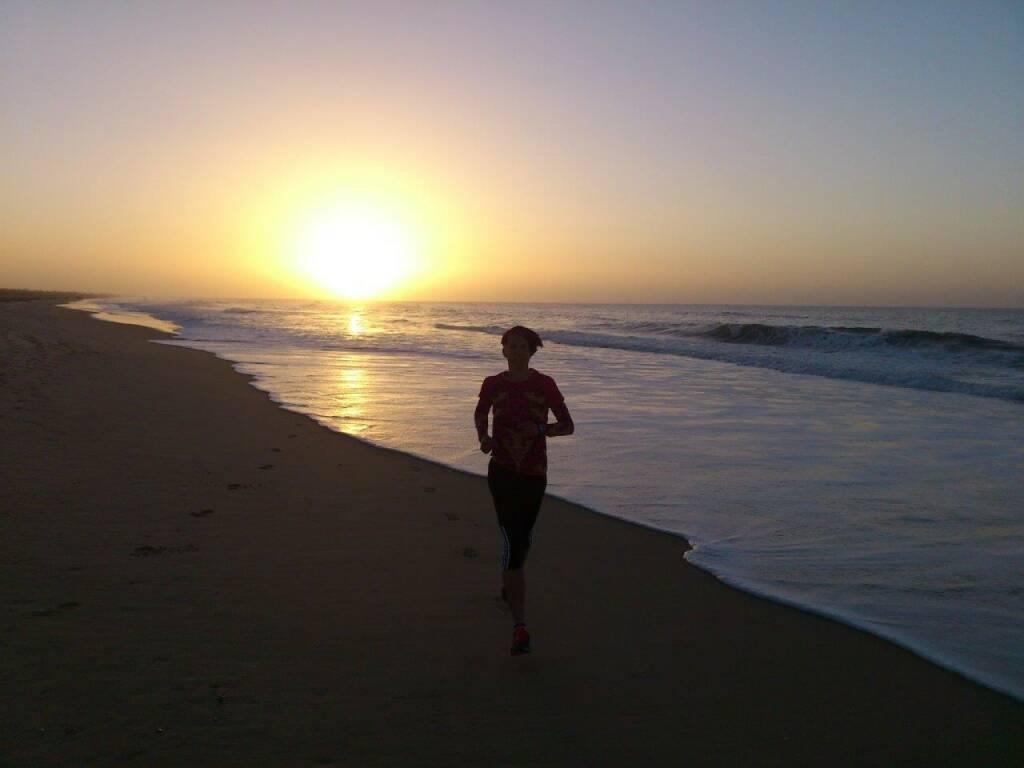 Conny Köpper: Strandlauf-  Es ist faszinierend, dass man jeden Tag zur selben Uhrzeit am selben Ort den Strand entlang laufen kann und es doch immer wieder anders aussieht. Anm.: Conny ist im Pro-Team Tristyle Runplugged Runners dabei, siehe http://www.christian-drastil.com/blog/2014/12/23/introducing_die_tristyle_runplugged_runners_elisabeth_niedereder_annabelle-mary_konczer_conny_kopper_isabelle_heers (25.12.2014)