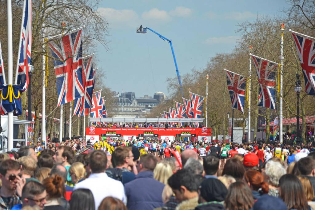 London, Marathon, England, Großbritannien, Ziel, Flaggen, Läufer, <a href=http://www.shutterstock.com/gallery-681196p1.html?cr=00&pl=edit-00>Maisna</a> / <a href=http://www.shutterstock.com/editorial?cr=00&pl=edit-00>Shutterstock.com</a>, Maisna / Shutterstock.com, © www.shutterstock.com (25.12.2014)
