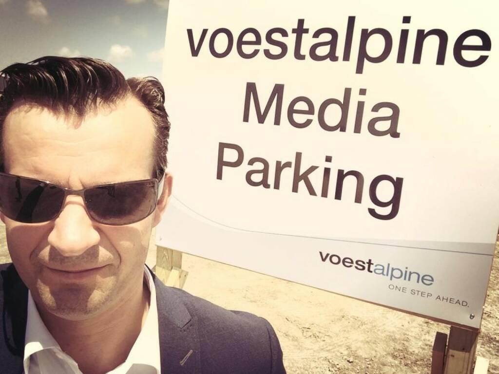 Gerhard Kürner vor dem voestalpine Media Parking: Presse und Marketing in Texas (Corpus Christi) war schon was ganz besonderes, siehe auch http://www.christian-drastil.com/2014/10/28/gerhard_kurner_der_layouter_der_voestalpine_macht_sich_selbststandig (26.12.2014)
