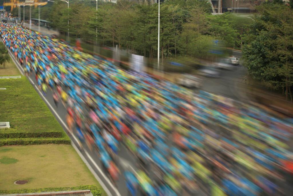 laufen, Menschenmassen, Läufer, Marathon, Runplugged, http://www.shutterstock.com/de/pic-236586040/stock-photo-unidentified-marathon-athletes-legs-running-on-city-road.html, © www.shutterstock.com (27.12.2014)