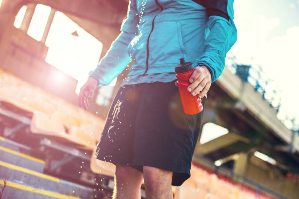 Laufen, Läufer, Trinken, Trinkflasche, Abkühlung, Pause, http://www.shutterstock.com/de/pic-237488206/stock-photo-professional-sportsman-drinking-water-on-the-stadium-with-a-lot-of-water-drops-in-sunlight.html (27.12.2014)