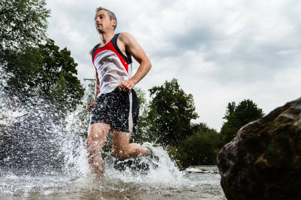 Laufen, Läufer, Trailrunning, Wasser, http://www.shutterstock.com/de/pic-111026789/stock-photo-trailrunner-with-splashing-water.html, © www.shutterstock.com (27.12.2014)