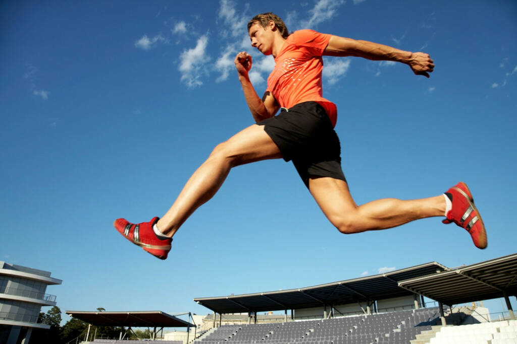 Laufen, Läufer, Sprung, Stadion, Absprung, http://www.shutterstock.com/de/pic-82222522/stock-photo-young-muscular-athlete-is-running-at-the-stadium-background-of-blue-sky.html, © www.shutterstock.com (27.12.2014)