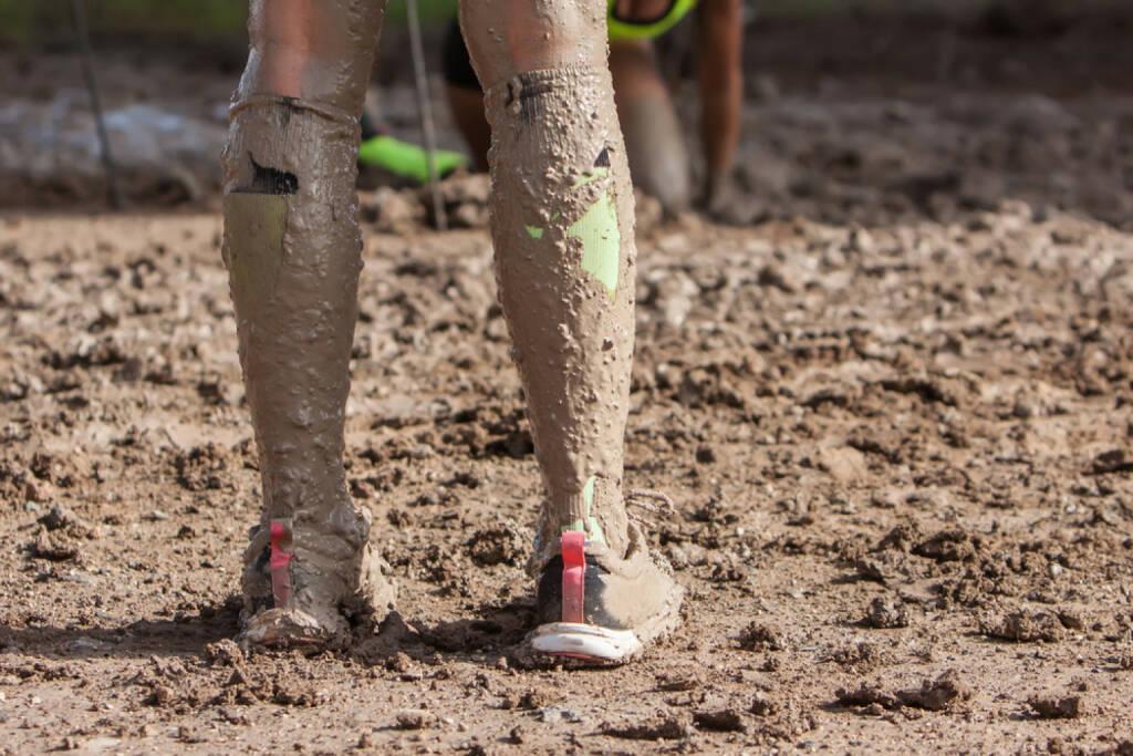 Laufen, Gatsch, Schmutz, Dreck, Dirt Run, schmutzig, Schlechtwetter, no excuses, Wetter, http://www.shutterstock.com/de/pic-236586040/stock-photo-unidentified-marathon-athletes-legs-running-on-city-road.html, © www.shutterstock.com (27.12.2014)