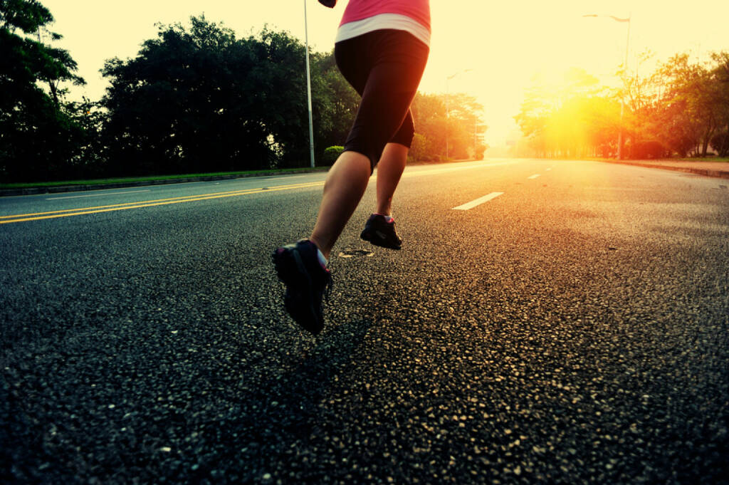 Laufen, Läuferin, Straße, Sonnenuntergang, http://www.shutterstock.com/de/pic-239817337/stock-photo-runner-athlete-running-at-road-woman-fitness-sunrise-jogging-workout-wellness-concept.html, © www.shutterstock.com (27.12.2014)