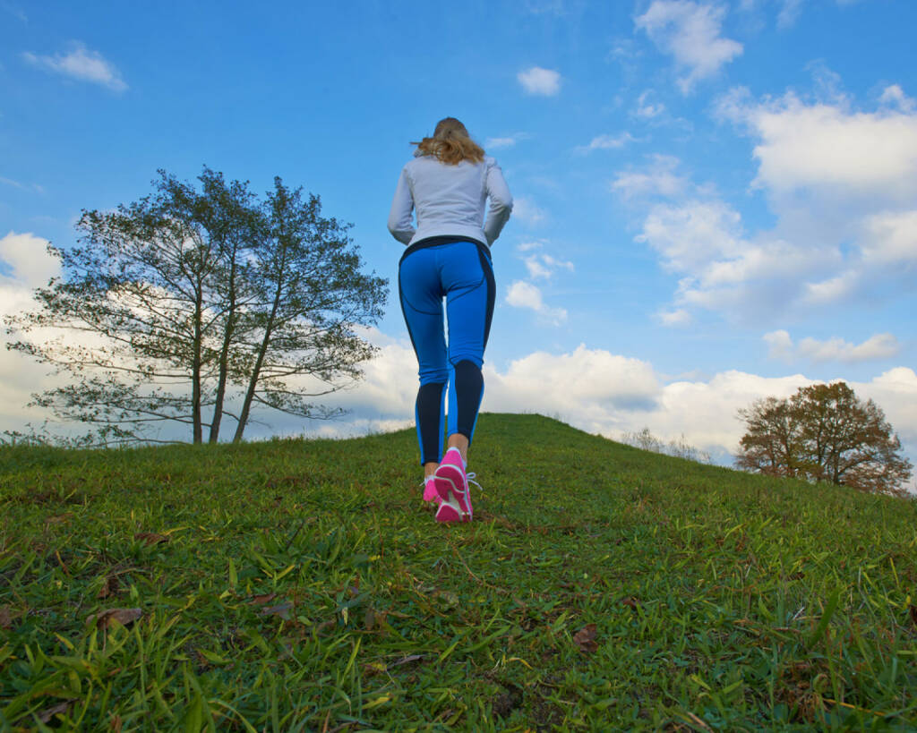 Laufen, Läuferin, Frau, bergauf, hinauf, aufwärts, top, on top, to the top, http://www.shutterstock.com/de/pic-163228358/stock-photo-pretty-female-going-up-the-hill-to-clouds-with-a-nice-background.html, © www.shutterstock.com (27.12.2014)