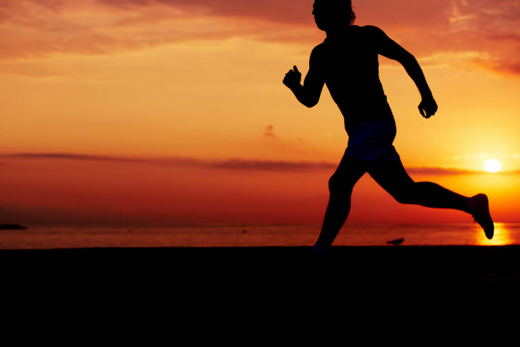 Laufen, Läufer, Sonnenuntergang, Sonnenaufgang, Strand, Meer, http://www.shutterstock.com/de/pic-224342326/stock-photo-silhouette-of-athletic-runner-jogging-on-the-beach-against-orange-sunrise-male-jogger-with.html, © www.shutterstock.com (27.12.2014)