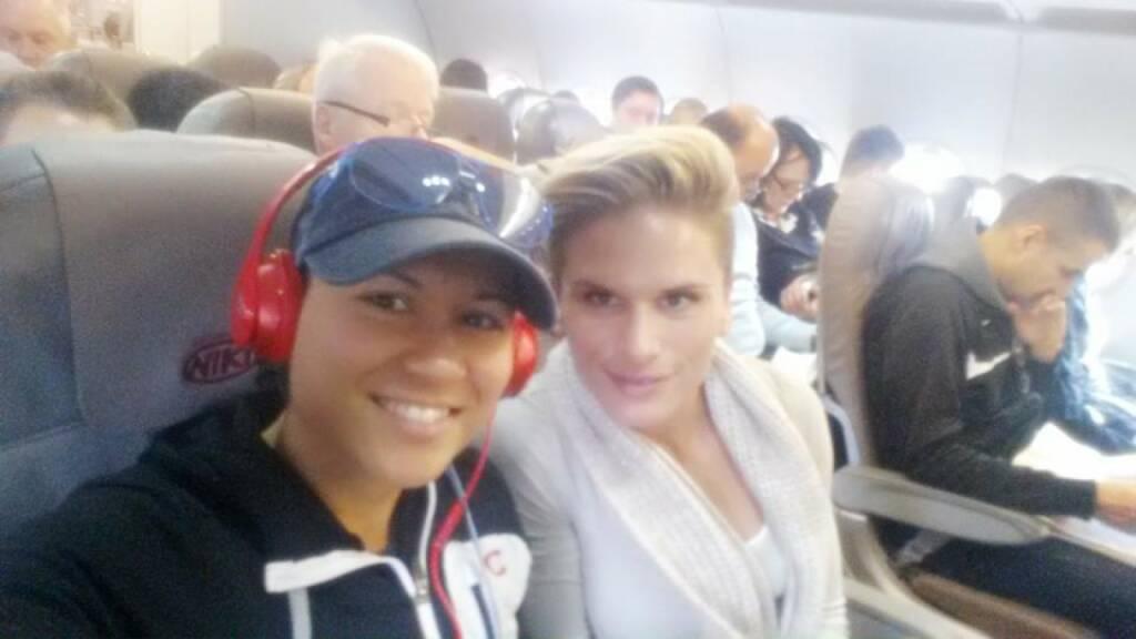 Im Flugzeug: Annabelle-Mary Konczer, Elisabeth Niedereder (02.01.2015)