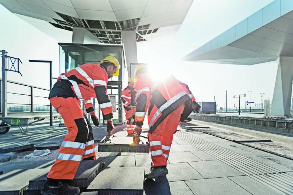 Strabag: Eines unserer Lieblingsbilder, das beim Shooting unseres neuen Claims Teams Work im Frühling 2014 entstanden ist. Es zeigt ein Strabag Team auf der Baustelle Hauptbahnhof bei der Verlegung von Bodenplatten am Bahnsteig (07.01.2015)