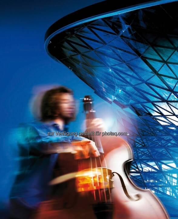 """Mit der Broschüre """"Part Of"""" stellt die BMW Group ihre internationalen Kulturprojekte vor. Auf über hundert Seiten vermitteln kurze Texte und eindrucksvolle Bilder die wichtigsten Fakten zu Kooperationen, Veranstaltungsreihen und Auszeichnungen in den Bereichen zeitgenössische und moderne Kunst sowie klassischer Musik, Jazz, Architektur und Design."""